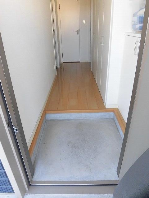 玄関(鍵は鍵穴2カ所あります)