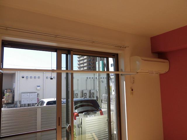 エアコンと室内物干しはリビングにあります