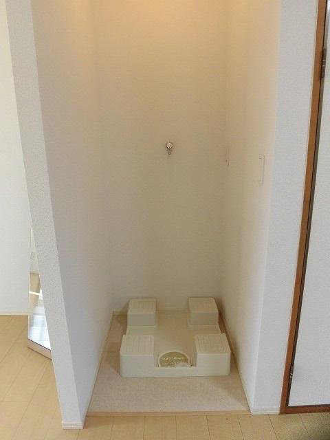 洗濯機置き場はリビングにあります