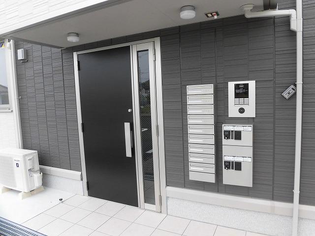 共用玄関にオートロック、宅配ボックス、集合ポストあります