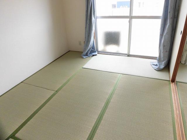 南側6帖の和室(東)