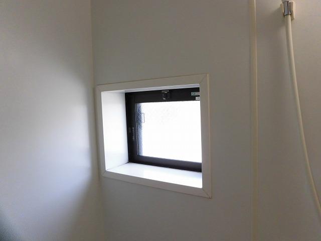 上部に換気用窓あります(玄関)