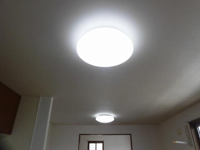 南側洋室とリビングには照明も設置済み