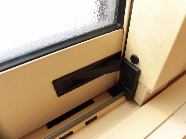 防犯ロックも窓枠下にあります