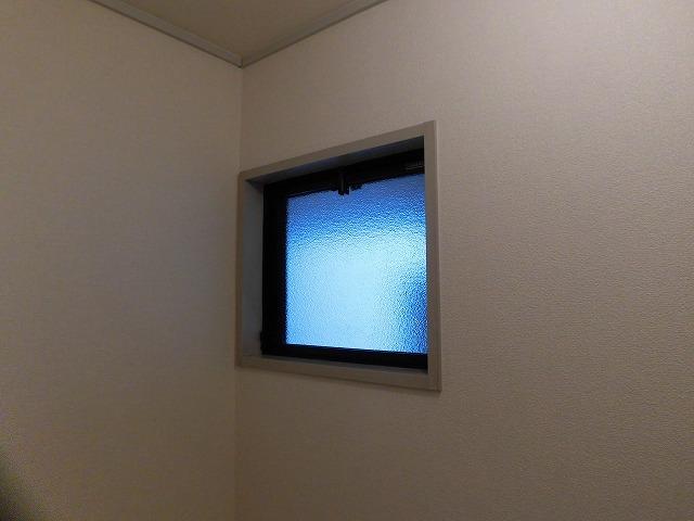トイレ上部にも換気窓あります