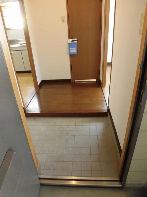 玄関。正面がトイレです