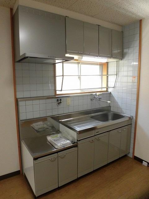 壁付けタイプのキッチンなので広くお部屋を使えます