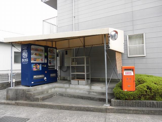 アパート西側に自販機があり便利です