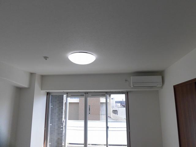 照明は全部屋付・エアコンがリビングと北側6帖洋室に1台ずつ