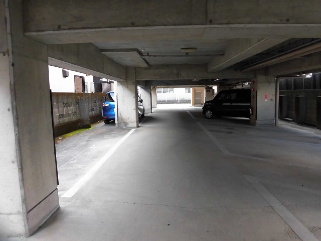 マンション1階が駐車場ですが(空無です)