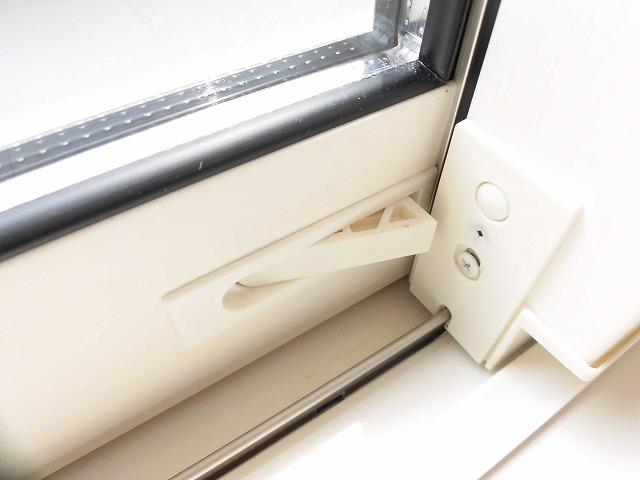 窓枠下には防犯ロック