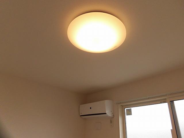 洋室のエアコンと照明